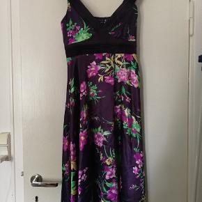Smuk blomstret kjole fra VILA.