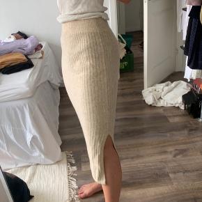 Sælger en masse tøj som jeg ikke får brugt.  Tager ikke flere billeder🧡 1 for 150 kr  2 for 250 kr 3 for 350 kr  -Zara strik nederdel str m -weekday ACE tuned Black jeans str 25/32 -mango bukser str s, passes også af en M  -cos tube nederdel i str s, pssses også af M -mango bukser str 38 SOLGT -asos vest str s  -H&M sweater str S