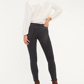 GLOBAL FUNK THIRTEEN GRÅ JEANS. Skønne jeans fra Global Funk med skinny legs. - Materiale: 89% Bomuld, 9% Polyester, 2% Elastan. - 5 lommer - Slim fit - Mid-rise - Cropped længde - Stretch - Cool vask i grå nuancer Str. hedder XS og det er en normal XS. Prøv dem evt. i butikkerne, hvis tvivl omkring størrelsen :) Nypris 550 kr. Lige købt. Bytter ikke