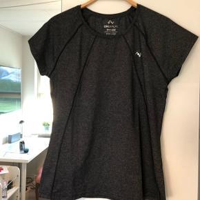 Mørk gråmeleret trænings t-shirt. Kun brugt et par gange