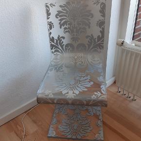 Helt unik italiensk design stol i transparent akryl med sølv mønster, tung stol ikke egnet til spiseborde højde er lidt lav. Jeg har brugt som natbord eller i entre som pynt