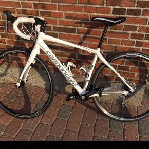 Cannondale Synapse str 51. Aluminium stel.  Geargruppe: shimano tiagra 10 speed.  Vægt: ca 10 kg. Sigma cykelcomputer.  Look keo klikpedaler 2 flaskeholdere.  Købt i juni 2015, men ikke brugt meget.