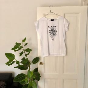 SAND t-shirt m. skrift på i hvid str. M. Materiale: 100% bomuld 🦢  Byd gerne kan både sendes på købers regning eller afhentes i Aarhus C 📮✉️