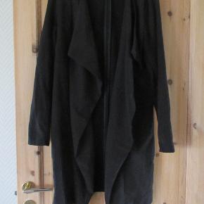 Cardigan fra Modström str L i en dejlig blød kvalitet og med et flot snit. Den er kun brugt få gange så den fremstår i en flot stand og helt klar i den sorte farve. Der er bæltestropper, men der medfølger ikke et bælte. Hel længde ca 89 cm.  Se også mine flere end 100 andre annncer med bla dame-herre-børne og fodtøj