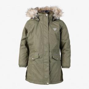 Ny hummel vinterjakke/ frakke. Str 98/ 3år. Kan hentes i Esbjerg eller sendes med DAO for 48kr.
