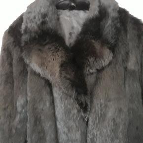 Sort ægte pels( måske kanin), super blød. Knapper og for er påsat af skrædder. Sælges da jeg ikke får den brugt. Giv et bud!