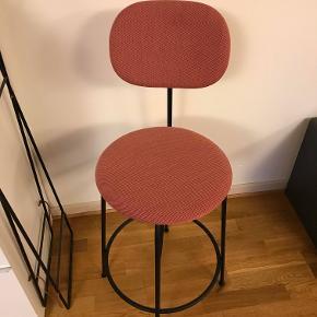 Denne flotte stol fra menu sælges. Stolen er i en flot rosa stof. Nyprisen for denne stol i skrivende stund er 3200,- på tilbud. Du kan derfor spare en fin sum penge, ved at købe den her. Du får en sprit ny stol i perfekt stand.  Jeg har flere stole, så kontakt mig gerne hvis du ønsker flere eller andet.