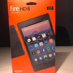 Fire HD8 tablet fra Amazon sælges. 16 GB, sort.   Er fuldkommen ny og uåbnet i original emballage - derfor også kun billeder af æsken. Stand er perfekt og sælges kun da jeg ikke har brug for den  Skriv for yderlige spørgsmål eller for at komme og se den