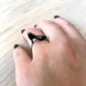 Sølvring med sort stiletto på!  Skil dig ud med denne super chic ring. Størrelse ca 53 Sterling sølv 925