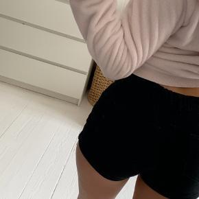 Sorte shorts fra H&M i en str 11-12 år/152-passes dog af lidt større