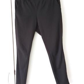 Pæne sorte bukser med elastik og bindebånd. Meget pæne og velholdte.  Kig forbi mine andre annoncer og spar penge - også på portoen 😉