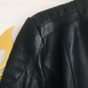 Mega fed dansk design feminin detaljeret skindjakke 100% lammeskind. Str 40, men lille, som 38.  Mp 1600,-