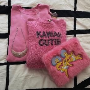 """Forskellige pink ting 🍭🍭🍭  Sweater str. S (oversize) så fra str. XS-XL, 60 kr. -  Fluffy KAWAII cutie sweater, str. M,  50 kr. - SOLGT  Lyserød halskæde,  20 kr. -   Transperant halssmykke,  42 kr. -   Fluffy skinnydip Simpsons clutch,  140 kr. - (bemærk at der er en lille ridse indeni)   Japansk parfume """"Make me Happy"""" Canmake, oprindeligt 30ml, men der 3r Ca. Blevet brugt halvdelen. Dufter af jordbær 51 kr. -   🍭🍭🍭🌺🌺🌺🌸🌸🌸👄👄👄🍭🍭🍭 Jeg har også annoncer med hvert enkelte ting samt porto pris/Køb nu funktion 👈"""