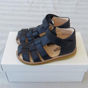 Varetype: Sandaler *NYE* Farve: mørkeblå  Flotte sandaler fra Angulus, som aldrig har været brugt.  De måler ca. 15,5 cm indvendigt.  Bud fra 400 kr. pp.   Jeg bytter ikke.