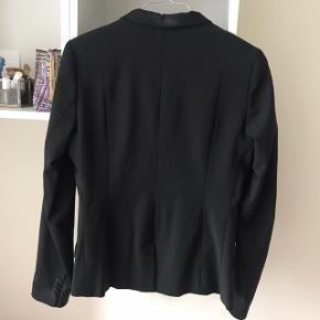 Lækker sort blazer fra Inwear. Sælges udelukkende fordi den er blevet for lille.  Nypris: 900 kr.