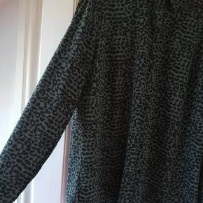 Flot skjorte med leopard mønster. Tyndt, lækkert stof. Ikke gennemsigtig. Farven er svær at fange, ikke så blålig som den ligner på billederne.  Tager ikke billede af tøjet på 🌺