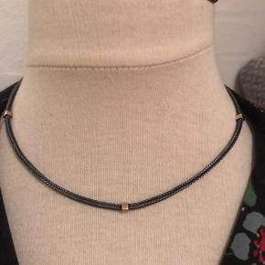Flot halskæde i oxideret sølv med små firkanter i guld