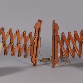 Væglamper / sakselamper, teak, 20. århs 2. halvdel, H. 34,5 cm. Fremstår m/ brugsspor. (2)