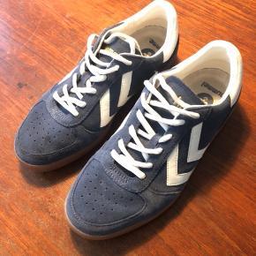 Fine Hummel sko. Kan bruges som hverdags sneaks eller til indendørssport. Brugt en enkelt gang