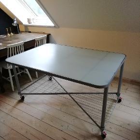 Pænt og funktionelt skrivebord med matteret glasplade og hjul på benene. Byd gerne 😊