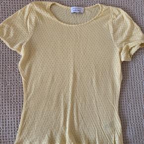 Fin sommer t-shirt i lysegul med hulmønster sælges. Perfekt til sommer. Sælges også i hindbærfarvet.