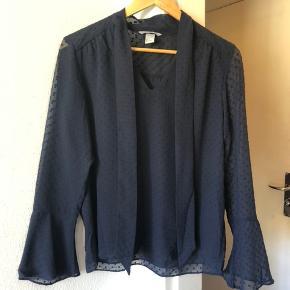 Mørkeblå let bluse fra H&M. Kun prøvet på en enkelt gang.