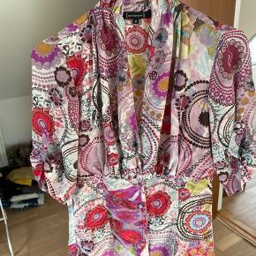 Skøn figursyet skjorte fra St-martins i 100 procent silke. Stofbetrukne knapper og opknappede ærmer. Brugt men virkelig pæn