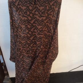Brun og sort kjole, der kun er brugt få gange.  Brystmålet er 2 x 64 cm Længde 105 cm