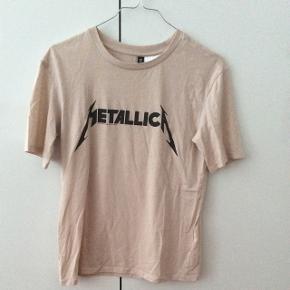 Metallica t-shirt i en beige farve😁 Mp: 40kr inkl fragt  Sendes med dao for 37kr