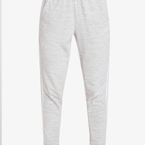 Super fine joggingbukser fra adidas. Der er absolut ingen tegn på slid. Jeg mener at jeg selv gav 500kr for dem.  Byd!