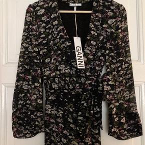 Skøn slå om kjole fra Ganni - modellen er fra den nyeste kollektion og er i butikkerne nu.   Kjolen er købt i August måned og har aldrig været brugt. Den er ny med prismærke.  Nypris 1700kr  Helt normal i størrelsen  Bytter desværre ikke - respekter venligst.