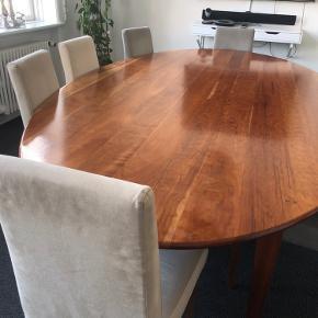 12 stk. super fine spisebordsstole i alcantara ruskind med birketræ-ben. Stolene er hhv. beige og grå i farven. Nogle år gamle men i super god stand. Længde fra gulv til sæde: 48 cm. Ryglæn længde: 49,5 cm. Bredde: 42 cm.  2500 kr. for alle 12 stk. 1500 kr. for 6 stk.