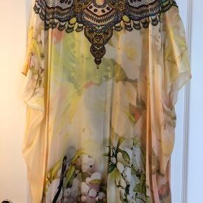 Super fin kjole/tunika fra det amerikanske mærke Shahida Parides - den er onesize og meget rummelig - passer alle. Den er pyntet med forskellige farvede sten. Bytter ikke