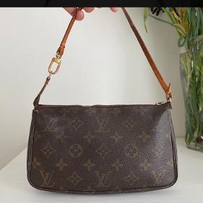 Jeg sælger den smukke Louis Vuitton pochette Accesories.  Jeg har selv lige købt den, men har desværre fortrudt købet. Og derfor skal den have et nyt hjem 🌸👜👜🌸  Tasken befinder sig pt.  i København - ellers på Fyn!   🌸🌸🌸