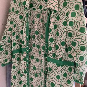 Inwear bluse i størrelse 38, passes også af en 36. Jeg sender ikke men kan mødes og afhentes i Kbh.