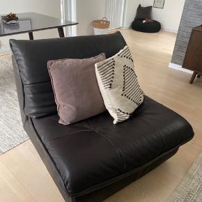 Lækker Natuzzi læderlænestol. Meget få brusspor, står velholdt og næsten som ny! Ingen siddemærker og ikke nedsunket nogle steder. I mørkebrunt skind, købt i Ilva til 11.000 kr. sælges udelukkende fordi vi ikke får den brugt.  Fra røg- og dyrefrit hjem.