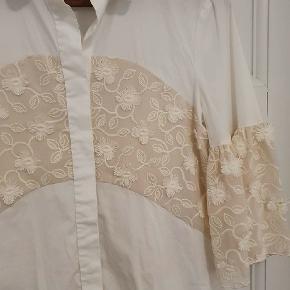 Smuk og unik skjorte fra Max Mara med fine detaljer.