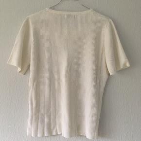 Hvid strik t-shirt fra long Island, str. 40/L, men kan strækkes.