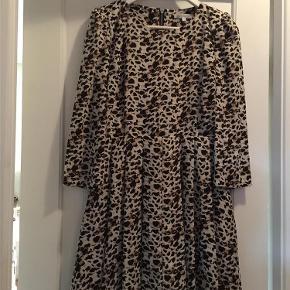 Brand: ? Varetype: kjole Størrelse: 12 Farve: Creme/ sort  Kjole / top str 12 ( 40-42 ) aldrig brugt...