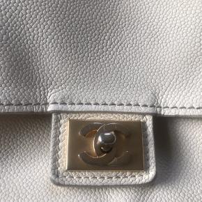 • Vintage Chanel  • Tags fra vestiaire collective • kasse og dustbag  Brugt men fortsat fin ⭐️    Spørgsmål vedrørende ægteheden besvares ikke! Realistiske bud er velkommen, dog besvares skambud ikke.  JEG BYTTER IKKE  ⭐️⭐️⭐️