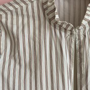 Smuk stribet Ganni Kohl's I a-facon med små yndige strutærmer  Flot detalje i halsen med en opretstående krave