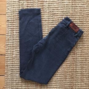 """De populære acne jeans i str. 27/32. Bukserne er gået op i den ene fold i det ene bukseben (kan sagtens fikses). Farven på bukserne er slidt - der er ligesom kommet nogle """"striber på"""". Måske de kan indfarves på ny."""