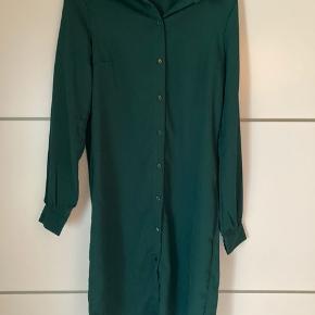 Smuk Skjortekjole/lang skjorte i en flot grøn farve 💕 Brugt en enkelt gang.   Tip!  Skjorten kan også være åben og bruges som en kimono/cardigan.   #Secondchancesummer