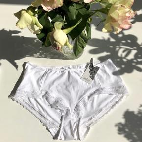 """Femilet """"F Silvia"""" pants str. 40 i farven hvid m. blonder langs kanterne 🦢  Byd gerne kan enten afhentes i Aarhus C eller sendes på købers regning 📮✉️"""