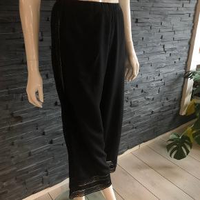 Søde bukser med vidde og blonder.  Elastik i taljen  Liv. fra 80 cm op til 90 cm  Total længde 85 cm  52% viscose og 48% cupro  Brugt få gange