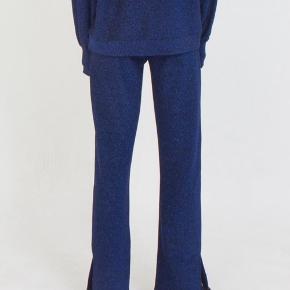 Fine blå glimmer bukser. Stadig med tags. Med lille slids ved foden. Ny pris 600,-  Tjek endelig mine andre annoncer! 👗👠💸💳