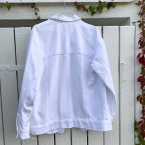 Jeg sælger denne flotte hvide denimjakke🤩  Skriv endelig hvis du ønsker flere billeder eller har spørgsmål🤍