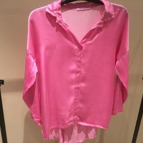 Smuk skjorte med satin stof foran og strech bomuld bagpå. Lækker kvalitet. Brugt kun 1 gang.
