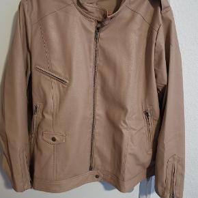 Lækker jakke fra Zoey str Xl (54 56) brugt få gange! Brystmål Ca 70 *2 når den er lukket. Længde Ca 67. Ses og købes i Kolding. Ellers sendes på købers regning! :)