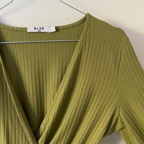 Cropped bluse fra na-kd som bindes.